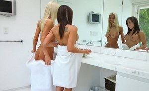 Real life lesbians Risi Simms & Sammie Rhodes have sexual relations in the tub