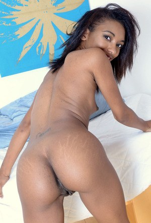 Black girl Raven Wylde stretches her cunt all the way open while posing nude