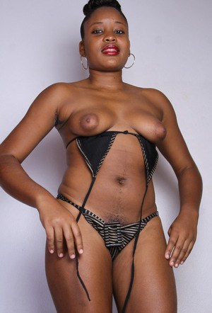 Black amateur takes off her bikini and exposes the pink of her vagina