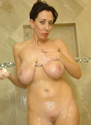 Older solo model Alia Janine exposes her huge boobs in the shower