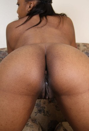 Ebony amateur whips out her boobs before showcasing her naked vagina