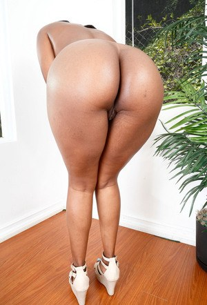 Black amateur Yara Skye plays with her pussy after peeling off her shorts