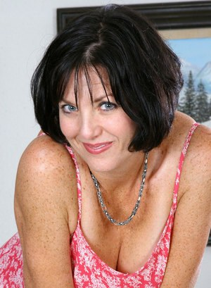 Middle-aged brunette lady masturbates to conclude her nude modeling debut