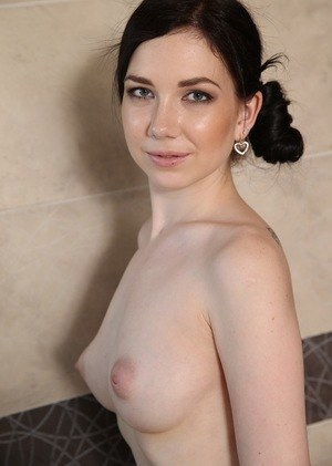 Amateur chick makes her nude modeling debut by showering in the buff