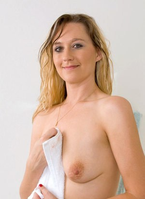 Dirty blonde MILF Nicole Logan bares her sagging boobs before masturbating