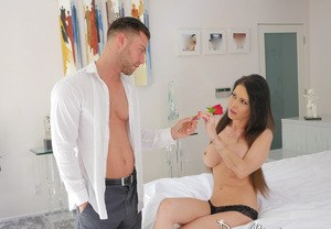 Mature MILF Jessica Jaymes bangs a younger guy after accepting a solitary rose