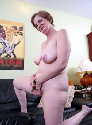 Fat mature woman Raylynn parts her pussy lips and inserts a vibrator