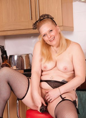 Chubby middle-aged maid decide to masturbate instead of doing the dishes